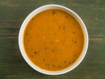 Schüssel Karotten-und Koriander-Suppe Stockfoto