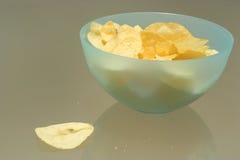 Schüssel Kartoffelchips Lizenzfreie Stockbilder