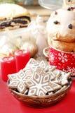 Schüssel Lebkuchenplätzchen auf roter Tischdecke Stockfoto