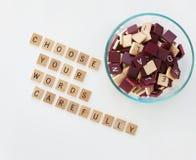 Schüssel mit Buchstaben u. Wörtern lizenzfreie stockfotografie