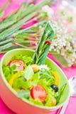Schüssel mit einem Salat auf der Tabelle Stockbilder