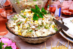 Schüssel mit einem Salat gebildet vom Mais Stockbild