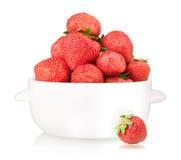 Schüssel mit Erdbeere Lizenzfreies Stockfoto