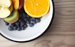 Schüssel mit Früchten Stockbild