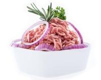 Schüssel mit gehacktem Fleisch auf Weiß Stockfotos