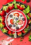Schüssel mit Hüttenkäse, Sommerbeeren: Brombeeren, Blaubeeren, Erdbeeren und Löffel, Draufsicht Stockfotografie