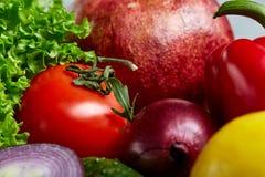 Schüssel mit Hafermehlflocken diente mit Früchten auf hölzernem Hintergrund des hölzernen Behälters, flach Lage, selektiver Fokus Lizenzfreie Stockfotografie