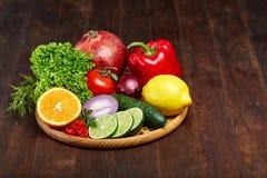 Schüssel mit Hafermehlflocken diente mit Früchten auf hölzernem Hintergrund des hölzernen Behälters, flach Lage, selektiver Fokus Lizenzfreies Stockfoto