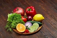 Schüssel mit Hafermehlflocken diente mit Früchten auf hölzernem Hintergrund des hölzernen Behälters, flach Lage, selektiver Fokus Stockfotografie
