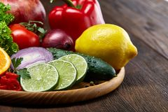 Schüssel mit Hafermehlflocken diente mit Früchten auf hölzernem Hintergrund des hölzernen Behälters, flach Lage, selektiver Fokus Stockfoto