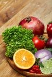 Schüssel mit Hafermehlflocken diente mit Früchten auf hölzernem Hintergrund des hölzernen Behälters, flach Lage, selektiver Fokus Stockbild