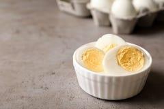 Schüssel mit hart gesotten Eiern auf Tabelle lizenzfreie stockfotos