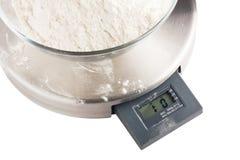 Schüssel mit Mehl auf Kücheskala Stockfotografie