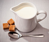Schüssel mit Milch Stockbild