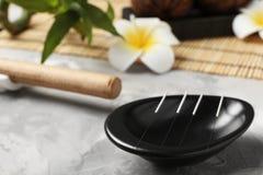 Schüssel mit Nadeln für Akupunktur lizenzfreie stockfotografie