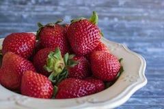 Schüssel mit organischen Erdbeeren stockbilder