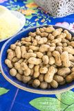 Schüssel mit rohen Erdnüssen lizenzfreie stockfotos