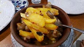 Schüssel mit sautierten Kartoffeln und Pilzen stockfotografie