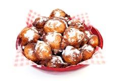 Schüssel mit Stapel des niederländischen Donuts oliebollen alias, traditio Stockbilder