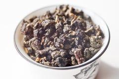Schüssel mit Tee auf einem weißen Hintergrund Lizenzfreie Stockfotos
