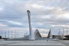 Schüssel Olimpic-Flamme und Fischt-Stadion in Sochi Russland Lizenzfreies Stockfoto