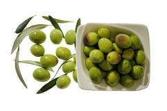 Schüssel Oliven auf weißem Hintergrund stockbild