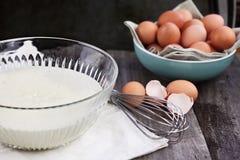Schüssel Pfannkuchen-Teig mit Eiern Stockfotos