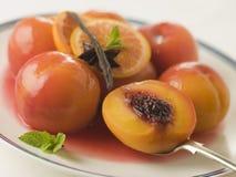 Schüssel Pfirsiche gewildert im Sauterne-Wein Lizenzfreie Stockfotos