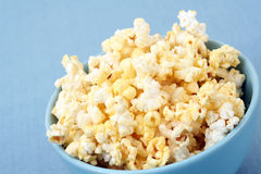 Schüssel Popcorn Lizenzfreie Stockfotografie