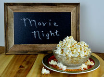 Schüssel Popcorn für Filmnacht Stockfoto