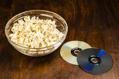 Schüssel Popcorn und Filme Lizenzfreie Stockfotos
