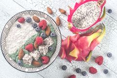 Schüssel Pudding mit superfoods Stockfotos