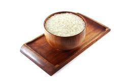 Schüssel Reis auf hölzernem Behälter lizenzfreies stockbild