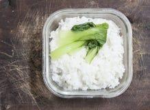 Schüssel Reis auf Matte Stockfotografie