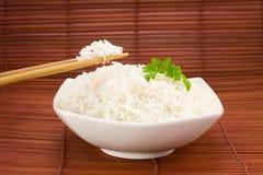 Schüssel Reis auf Matte Stockfotos