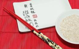 Schüssel Reis mit Ess-Stäbchen Stockfotografie