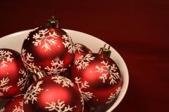 Schüssel rote Weihnachtskugeln Lizenzfreie Stockfotografie