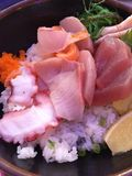 Schüssel Sashimi und weißer Reis stockfoto