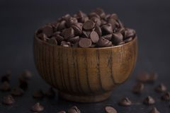 Schüssel Schokoladenchips Lizenzfreie Stockbilder