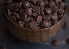 Schüssel Schokoladenchips Stockbilder