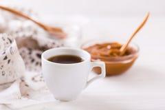 Schüssel selbst gemachte geschmolzene Karamellsoße und -kaffee Stockfoto