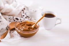 Schüssel selbst gemachte geschmolzene Karamellsoße und -kaffee Stockbild