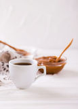 Schüssel selbst gemachte geschmolzene Karamellsoße und -kaffee Lizenzfreie Stockbilder