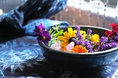 Schüssel Sommer-Blumen Stockbild
