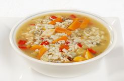 Schüssel Suppe des Huhns und des wilden Reises mit Gemüse Stockfotos