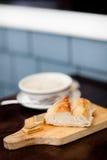 Schüssel Suppe mit Brot Stockfotos