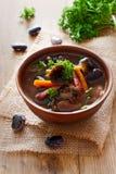 Schüssel Suppe mit Gartenbohnen und Pilzen Lizenzfreie Stockfotos