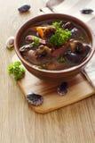 Schüssel Suppe mit Gartenbohnen und Pilzen Stockfotos