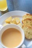 Schüssel Suppe mit Knoblauch-Brot Stockfotografie