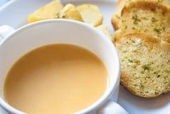 Schüssel Suppe mit Knoblauch-Brot Stockfotos